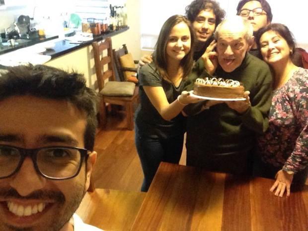 """Enrique Iglesias celebrando su cumpleaños con elenco de """"Espacios vacíos"""". (Foto: Difusión/ VyV Comunicaciones)"""